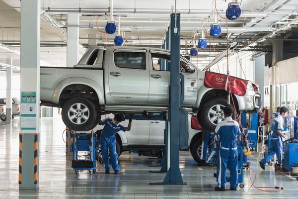 mechanics doing car pms
