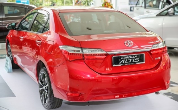 Toyota Altis 2018's look at the back