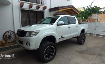Selling White Toyota Hilux 2.5 G 2012 in Talisay