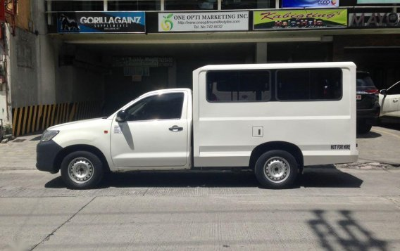 Selling White Toyota Hilux in Quezon City