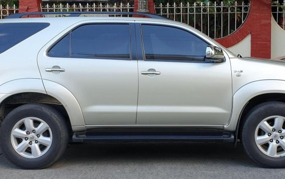 Selling Brightsilver Toyota Fortuner 2010 in Quezon-7