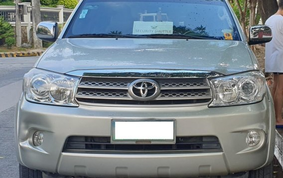 Selling Brightsilver Toyota Fortuner 2010 in Quezon-6