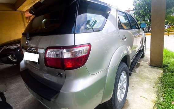 Selling Pearl White Toyota Fortuner 2009 in Manila-2